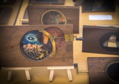Placas de linterna mágica de mediados del siglo XIX. Exposición Artilugios para ilusionar. Colección Miguel Herrero Herrero.